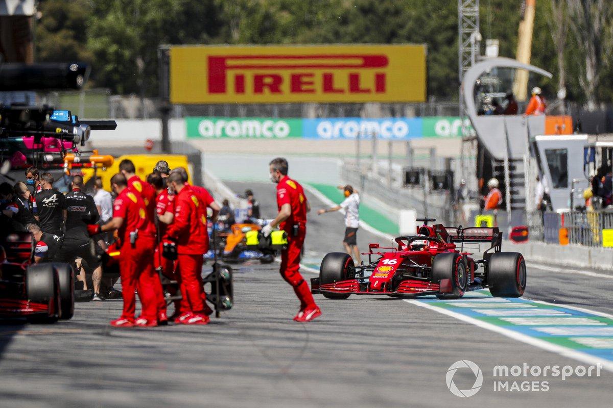 Mecánicos fuera del garaje de Ferrari mientras Charles Leclerc, Ferrari SF21, regresa