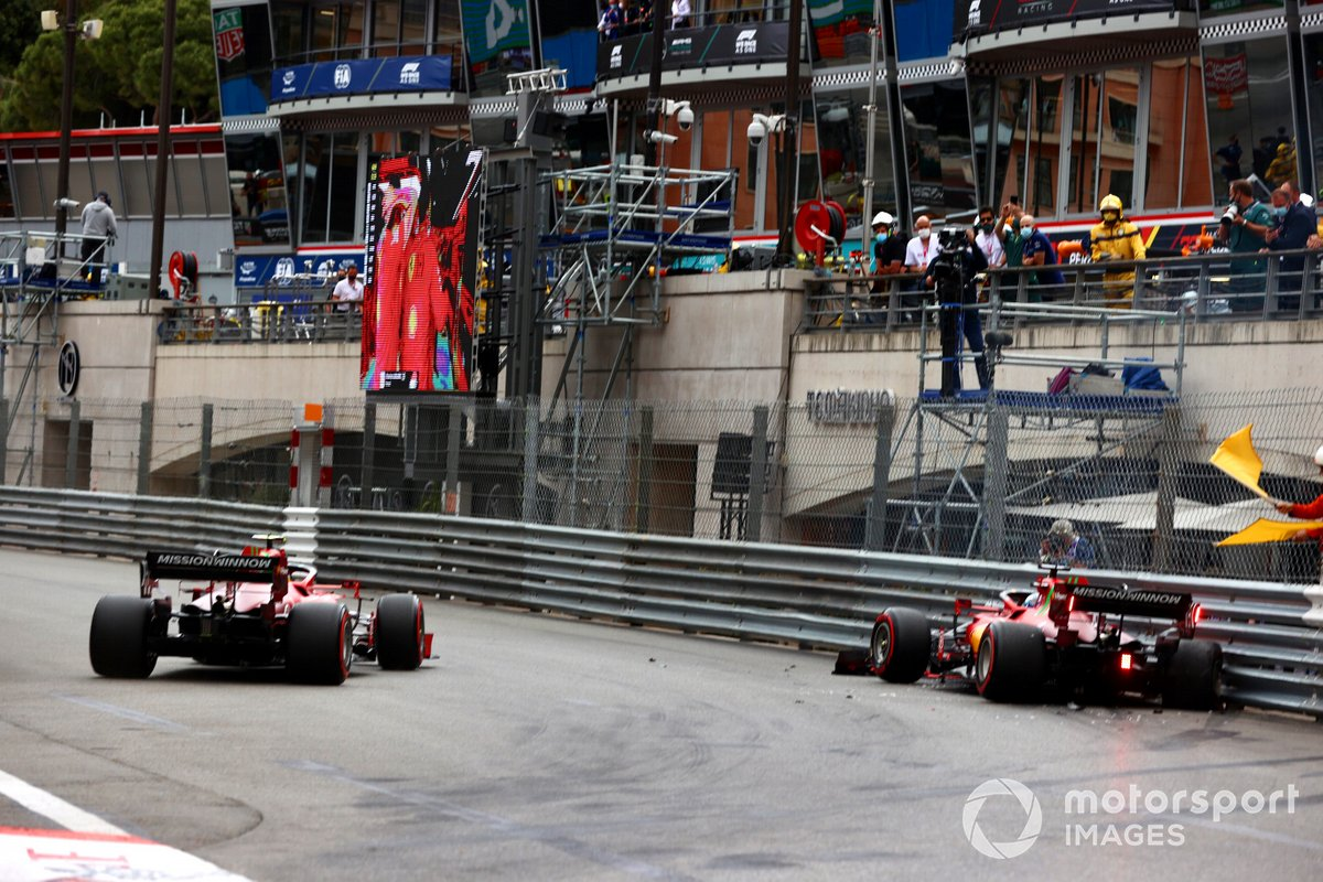 Carlos Sainz Jr., Ferrari SF21, passa mentre Charles Leclerc, Ferrari SF21, va contro il muro al termine delle qualifiche