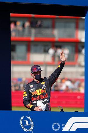 Max Verstappen, Red Bull Racing, en Valtteri Bottas, Mercedes, tijdens de ereronde na de sprintkwalificatie