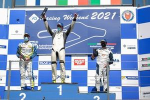 Il podio di Gara 2: Secondo posto Antti Buri, Target Competition, primo posto Kevin Ceccon, Aggressive Team Italia, terzo posto Salvatore Tavano, Scuderia del Girasole by Cupra Racing