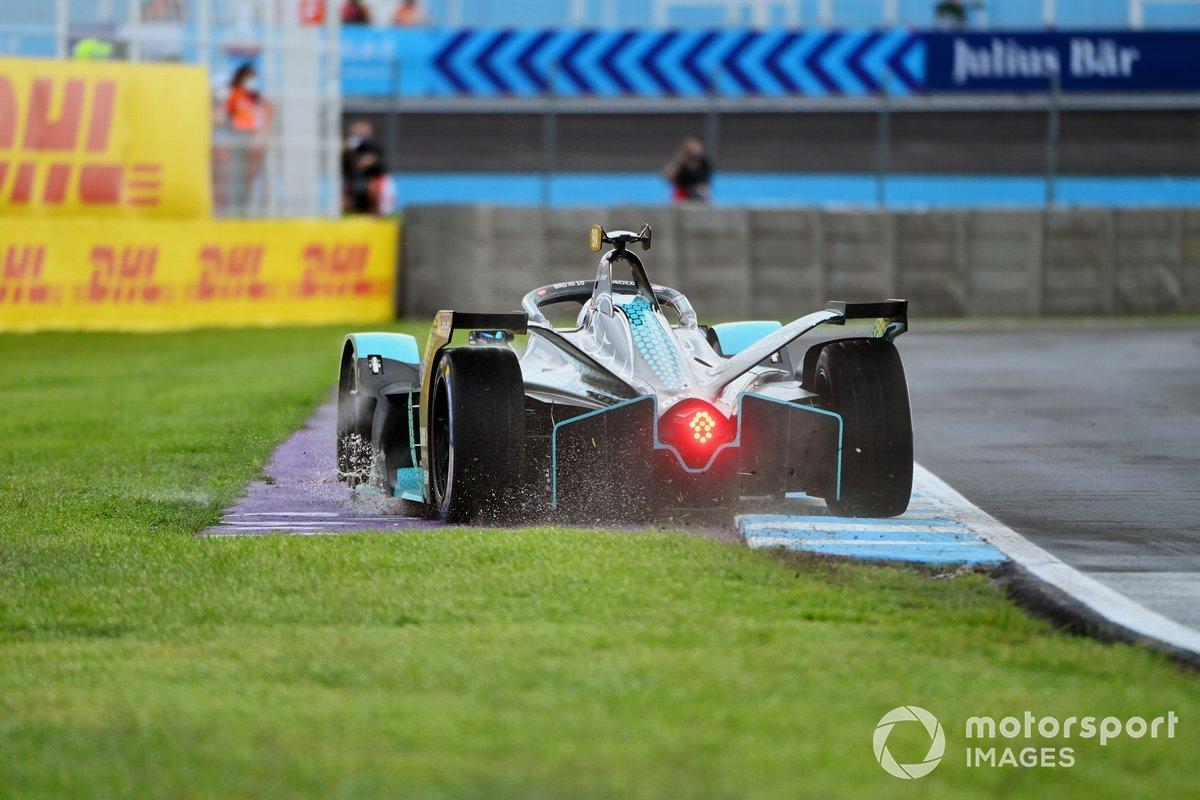 Sam Bird, Jaguar Racing, Jaguar I-TYPE 5, runs wide