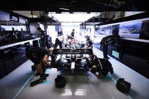 Monteurs in de garage met Lewis Hamilton, Mercedes W12