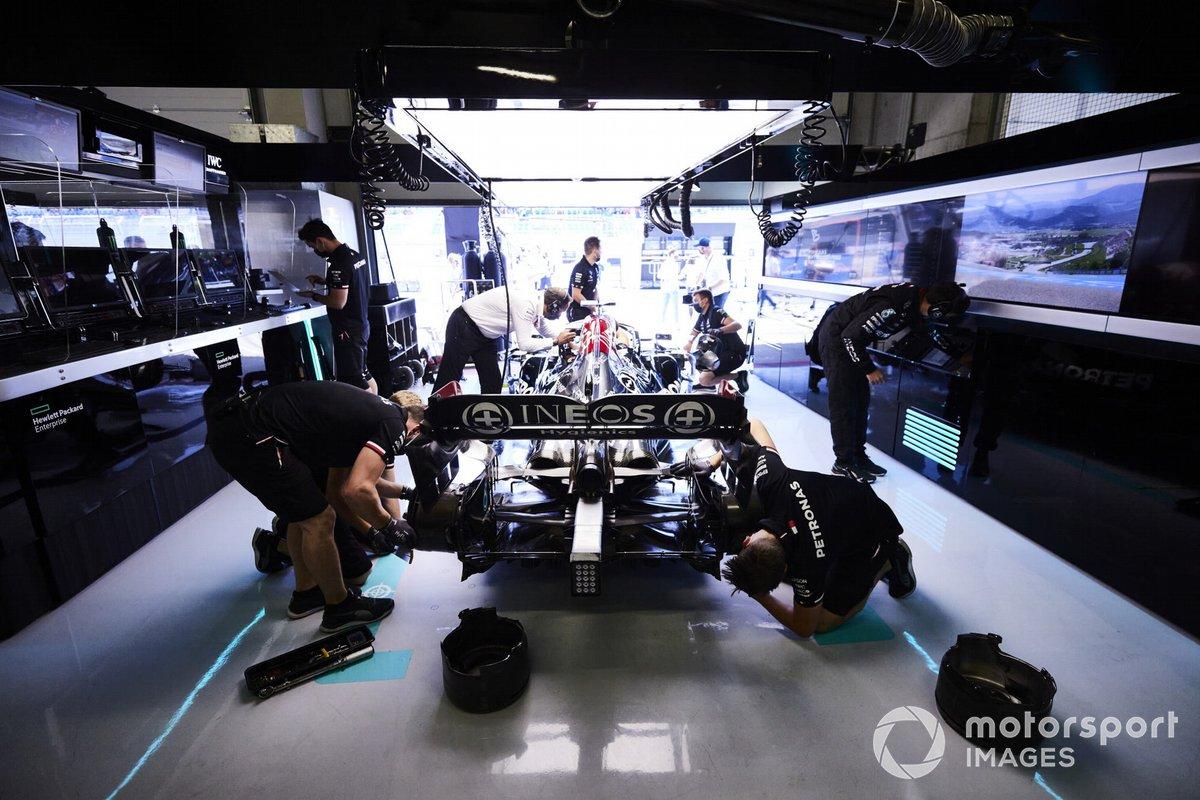 Mecánicos en el garaje con Lewis Hamilton, Mercedes W12