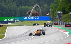 Lando Norris, McLaren MCL35M, Lewis Hamilton, Mercedes W12, en Valtteri Bottas, Mercedes W12