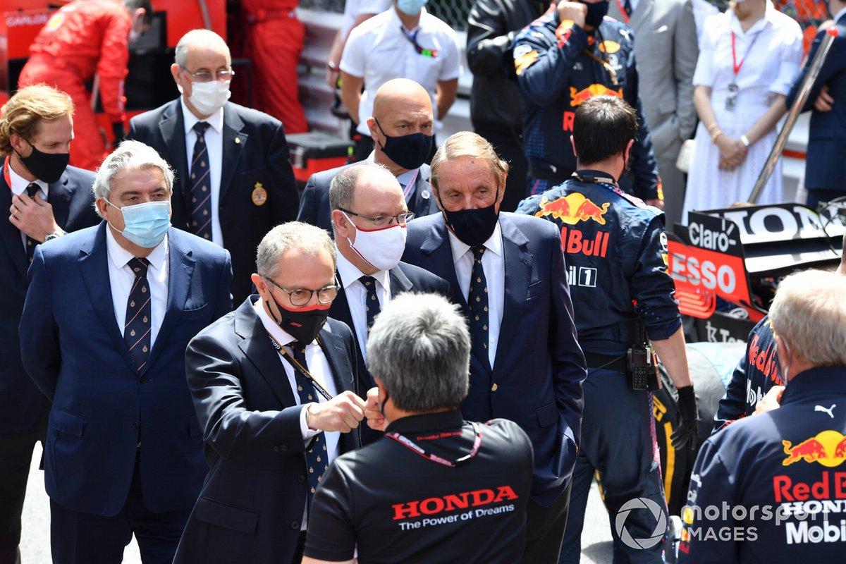 Stefano Domenicali, Director General de la Fórmula 1, el Príncipe Alberto II de Mónaco y Masashi Yamamoto, Director General de Honda Motorsport, en la parrilla de salida