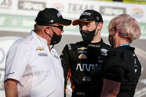 Patricio O'Ward, Arrow McLaren SP Chevrolet celebra la victoria en la XPEL 375 con Ric y Penni Peterson