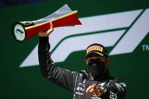 Lewis Hamilton, Mercedes, 1e plaats, op het podium