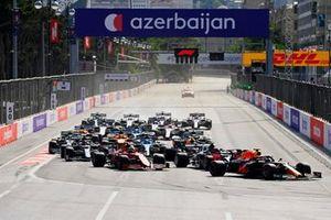 Макс Ферстаппен, Red Bull Racing RB16B, и другие пилоты в первом повороте