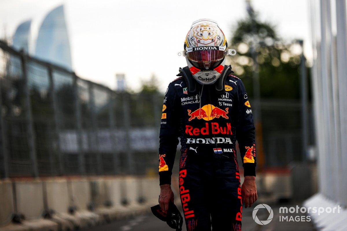 Max Verstappen, Red Bull Racing caminando tras retirarse de la carrera