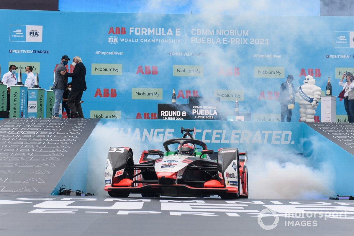Segundo lugar Rene Rast, Audi Sport ABT Schaeffler conduce hacía el podio