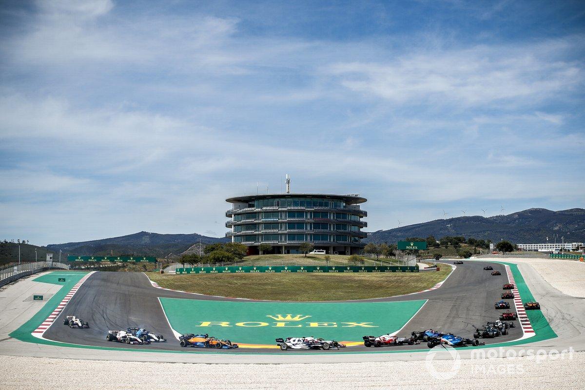 Daniel Ricciardo, McLaren MCL35M, Nicholas Latifi, Williams FW43B, Nikita Mazepin, Haas VF-21, e Mick Schumacher, Haas VF-21, seguono il gruppo alla partenza