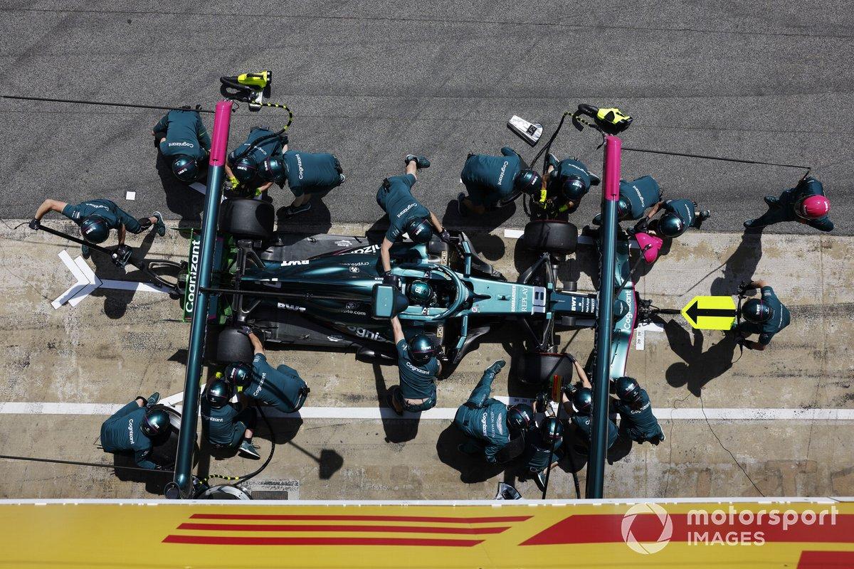 Lance Stroll, Aston Martin AMR21, pit stop