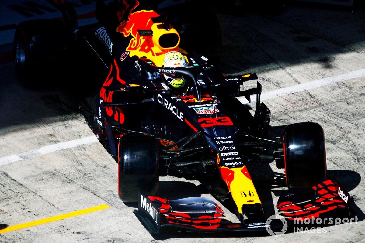 Max Verstappen, Red Bull Racing RB16B sale del garaje