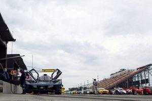 Les voitures attendent le départ d'une session d'essais