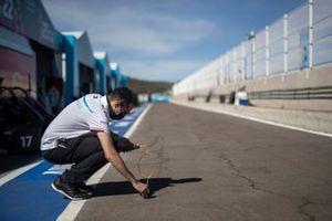 Un membro del team Mercedes Benz EQ misura la temperatura del tracciato