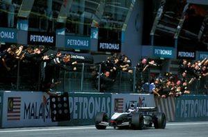 Kimi Raikkonen , McLaren Mercedes MP4/17D, cruza la línea de meta para conseguir su primera victoria en la F1