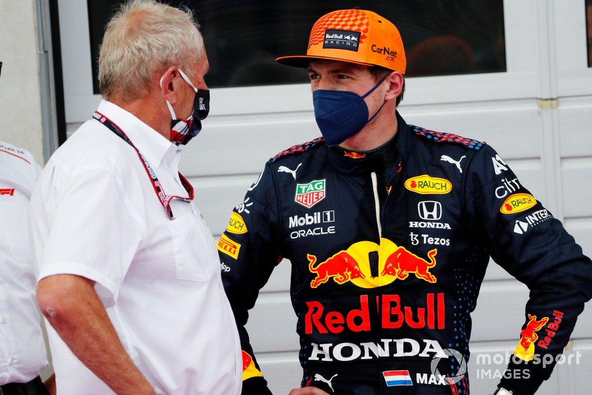 Helmut Marko, Consultor de Red Bull Racing, habla con Max Verstappen, Red Bull Racing, ganador de la carrera en el Parc Ferme