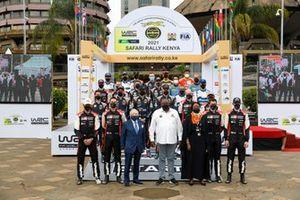 Gruppenfoto: Jean Todt und alle Fahrer und Beifahrer der WRC-Saison 2021 bei der Safari-Rallye in Kenia