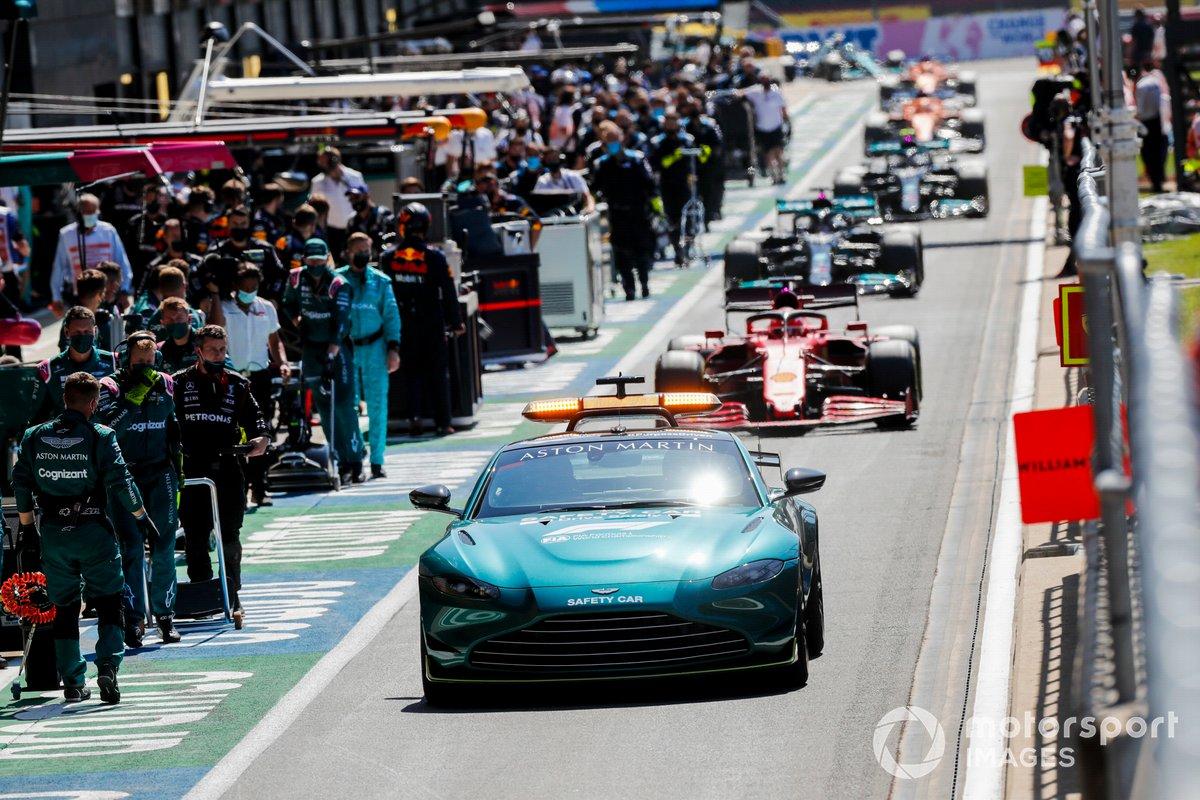 EL Safety Car Charles Leclerc, Ferrari SF21, Lewis Hamilton, Mercedes W12, y el resto del campo a través del pit lane