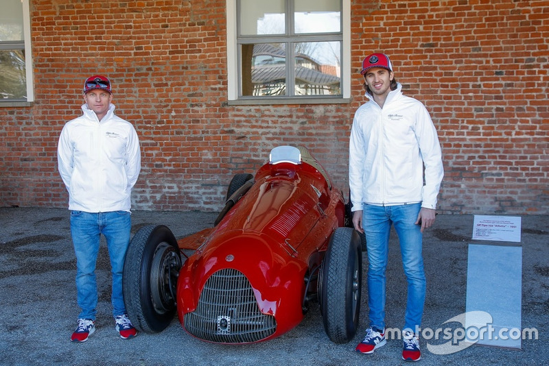 Antonio Giovinazzi, Alfa Romeo Racing y Kimi Raikkonen, Alfa Romeo Racing, posando con un GP Tipo 159