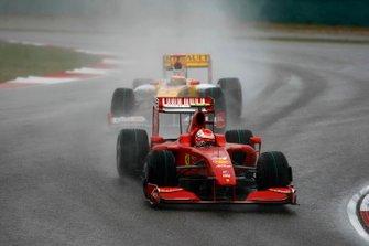 Kimi Raikkonen, Ferrari F60, precede Fernando Alonso, Renault R29