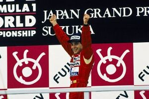 Ayrton Senna, McLaren Honda, festeggia sul podio