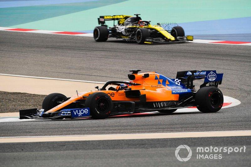 Carlos Sainz Jr., McLaren MCL34 and Jack Aitken, Renault R.S. 19