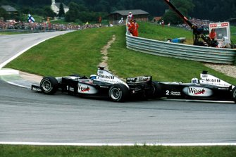 Kollision: Mika Hakkinen, McLaren MP4/14, David Coulthard, McLaren MP4/14