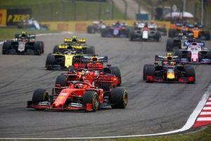 Charles Leclerc, Ferrari SF90, voor Sebastian Vettel, Ferrari SF90, Max Verstappen, Red Bull Racing RB15, Pierre Gasly, Red Bull Racing RB15, en Daniel Ricciardo, Renault F1 Team R.S.19