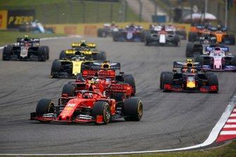 Charles Leclerc, Ferrari SF90, devance Sebastian Vettel, Ferrari SF90, Max Verstappen, Red Bull Racing RB15, Pierre Gasly, Red Bull Racing RB15, et Daniel Ricciardo, Renault F1 Team R.S.19