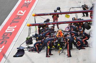 Max Verstappen, Red Bull Racing RB15, hace un pitstop