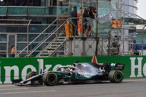 Lewis Hamilton, Mercedes AMG F1 W10, passe sous le drapeau à damier