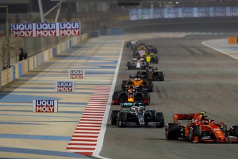 Charles Leclerc, Ferrari SF90 voor Lewis Hamilton, Mercedes AMG F1 W10, Max Verstappen, Red Bull Racing RB15, en Carlos Sainz Jr., McLaren MCL34
