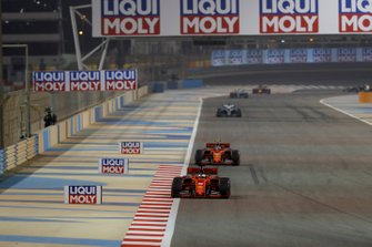 Sebastian Vettel, Ferrari SF90, devant Charles Leclerc, Ferrari SF90, et Lewis Hamilton, Mercedes AMG F1 W10