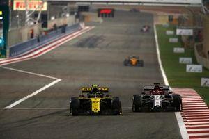 Nico Hulkenberg, Renault R.S. 19 en Kimi Raikkonen, Alfa Romeo Racing C38