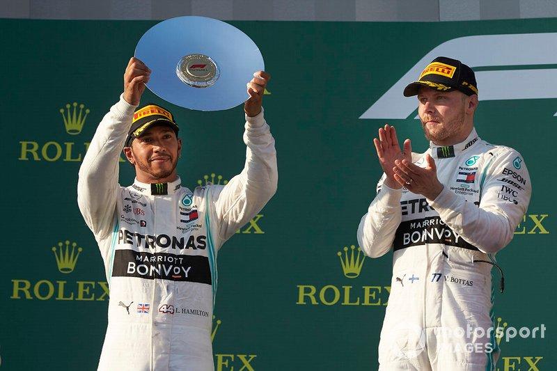 Lewis Hamilton, Mercedes AMG F1, secondo, solleva il trofeo