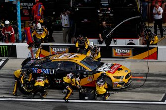 Clint Bowyer, Stewart-Haas Racing, Ford Mustang Rush Truck Centers/Mobil 1, pit stop