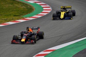 Max Verstappen, Red Bull Racing RB15, voor Daniel Ricciardo, Renault R.S.19