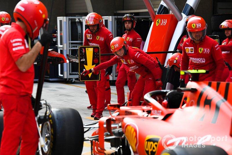 Prova di pit stop dei meccanici Ferrari