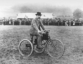 Tunbridge Wells, Kent. 15 de octubre de 1895. M. Bouton en un triciclo De Dion Bouton. Primera publicación 2/11/1895 - la primera foto publicada en Autocar