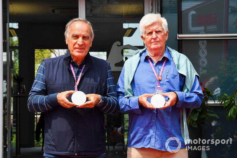 Giorgio Piola ve Roger Benoit, F1 1000. yarış sikkesini tanıtıyor