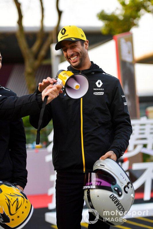 Daniel Ricciardo, Renault F1 Team, posa con il suo casco