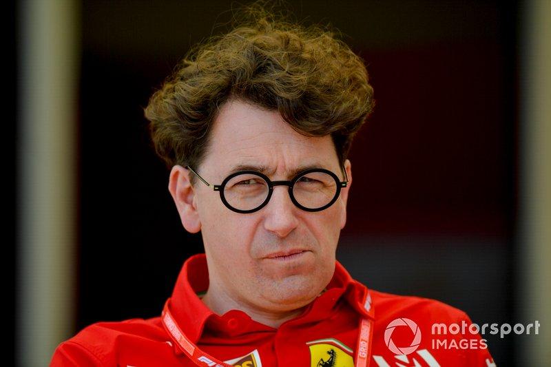"""Mas, Mattia Binotto dava o sinal verde para a briga na pista em uma declaração que seria lembrada após o GP da Austrália: """"Obviamente os dois vão estar livres para brigar na pista. Não vamos pedir a Charles andar mais devagar, ou Sebastian ir mais rápido"""""""
