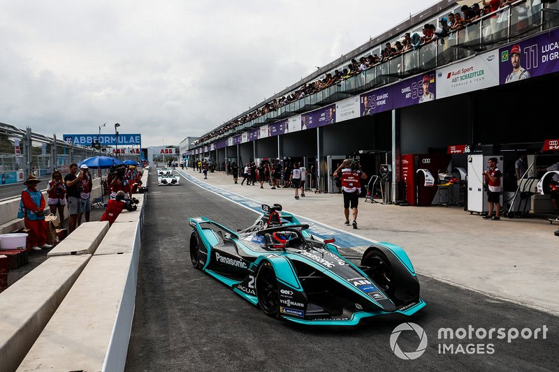 Mitch Evans, Panasonic Jaguar Racing, Jaguar I-Type 3, lascia i box dopo la bandiera rossa