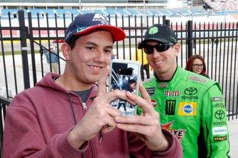 Kyle Busch, Joe Gibbs Racing con un tifoso