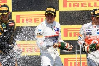 Romain Grosjean, Lotus F1 e Sergio Perez, Sauber C31, festeggiano sul podio