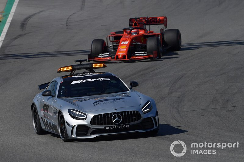 Safety Car al frente de Charles Leclerc, Ferrari SF90