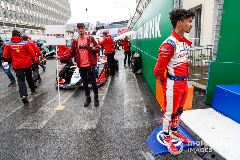 Pascal Wehrlein, Mahindra Racing, está parado en un bordillo cerca de su M5 Electro que está en la parrilla