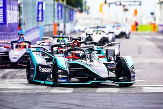 Митч Эванс, Jaguar Racing, Jaguar I-Type 3, Стоффель Вандорн, HWA Racelab, Venturi VFE05, и Робин Фрейнс, Virgin Racing, Audi e-tron FE05