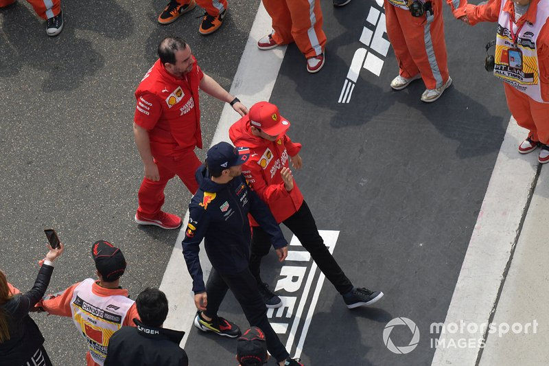 Pierre Gasly, Red Bull Racing, con Charles Leclerc, Ferrari,